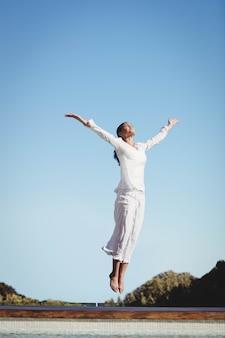 Spokojna brunetka skacze w słoneczny dzień