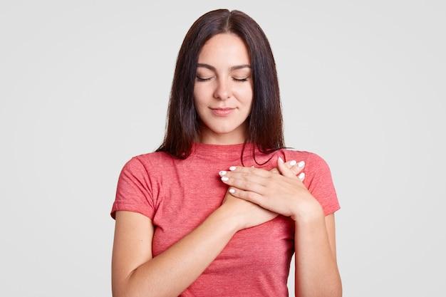 Spokojna brunetki kobieta z zamkniętymi oczami