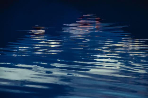 Spokojna ciemnoniebieska powierzchnia czystej wody