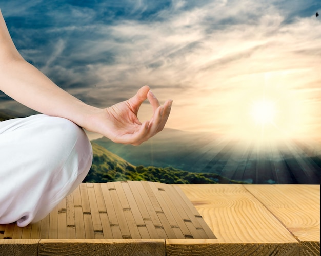Spokojna kobieta robi ćwiczenia jogi na naturalnym tle