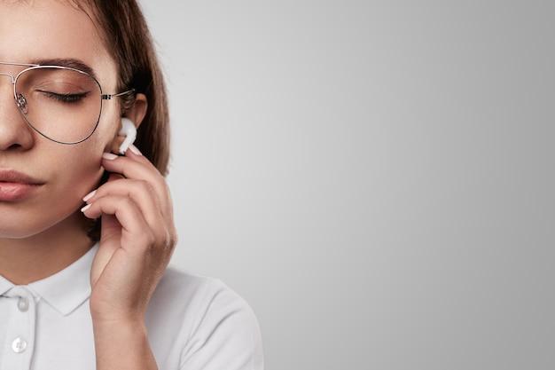 Spokojna kobieta w słuchawkach w studio