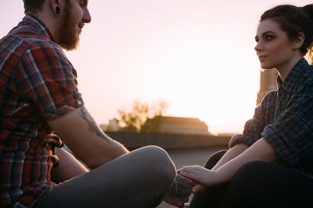 Spokojna para przetargu. relaks, wgląd, wsparcie, medytacja, przewidywanie losu. delikatny dotyk, romantyczna randka w plenerze, bliskie relacje hipsterów. klimatyczny zachód słońca z wolną przestrzenią