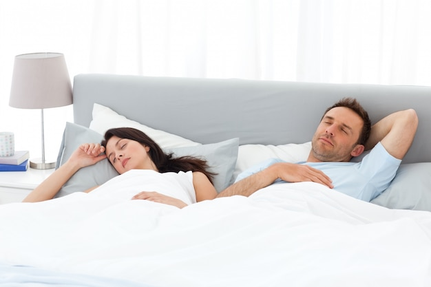 Spokojna para śpi na łóżku rano