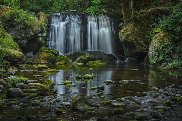 Spokojna piękna sceneria wodospadu whatcom w stanie waszyngton