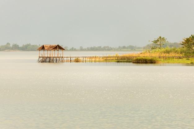 Spokojna scena na jeziorze