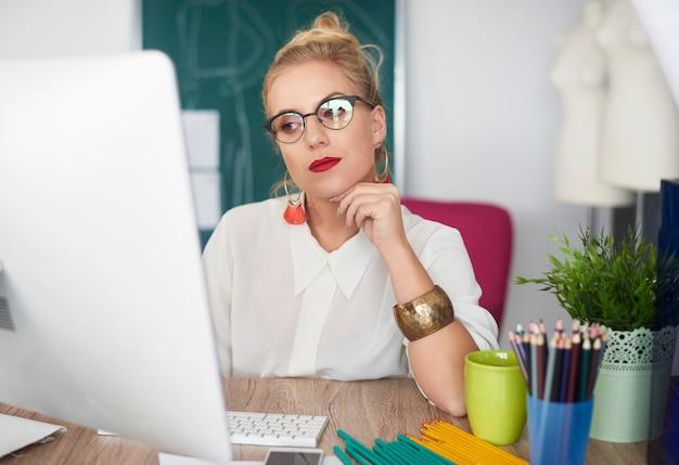 Spokojna scena nieobecnej zajętej kobiety