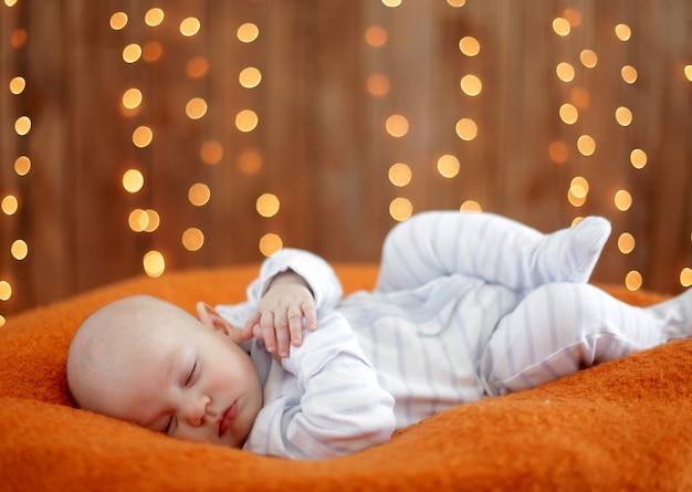 Spokojne dziecko leżące na łóżku