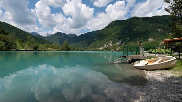Spokojne i piękne jezioro w miejscowości most na soci, słowenia ue