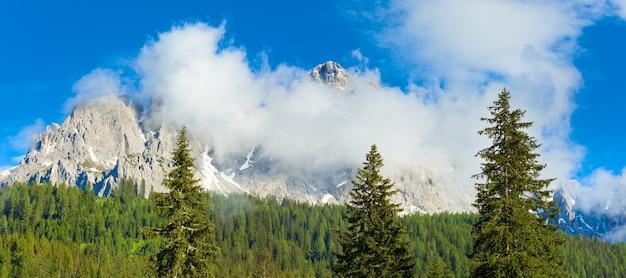 Spokojne lato włoskiej panoramy górskiej dolomitów