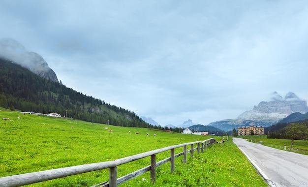 Spokojne letnie włoskie dolomity z widokiem na góry (droga do jeziora misurina i góry rifugio auronzo)