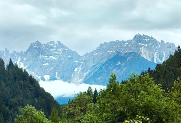 Spokojne letnie włoskie dolomity z widokiem na góry