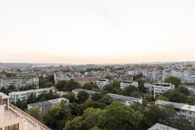 Spokojne miasto z czystym niebem