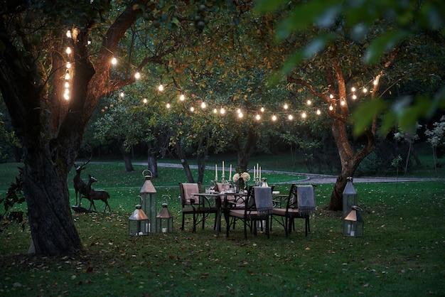 Spokojne miejsce. przygotowane biurko czeka na jedzenie i gości. porą wieczorową