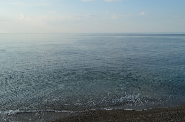 Spokojne morze ocean i tło błękitnego nieba