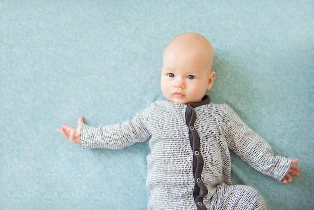 Spokojny ciekawy dziecka leżącego, widok z góry