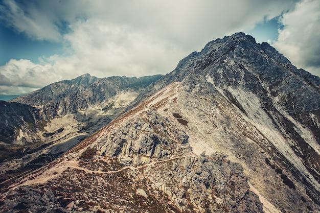 Spokojny krajobraz w niebiesko-szarych odcieniach. tatry
