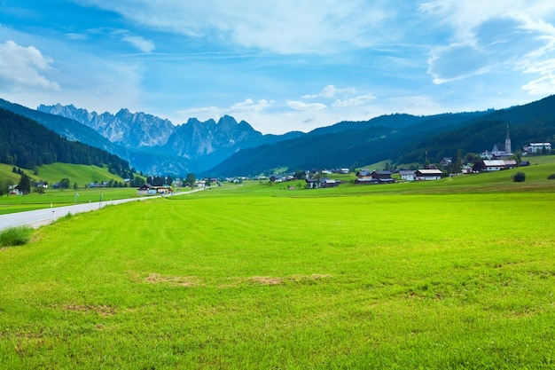 Spokojny letni widok na alpy, austria, przedmieścia wsi gosau