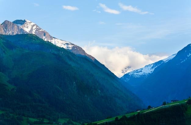 Spokojny letni widok na góry alp