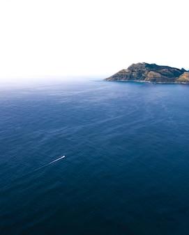 Spokojny niebieski zbiornik wodny z formacją skalną