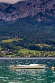 Spokojny pochmurny dzień nad jeziorem attersee z górami w tle późnym latem. jezioro attersee w austriackim salzkammergut