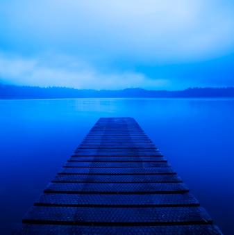 Spokojny pokojowy jezioro z jetty, nowa zelandia.
