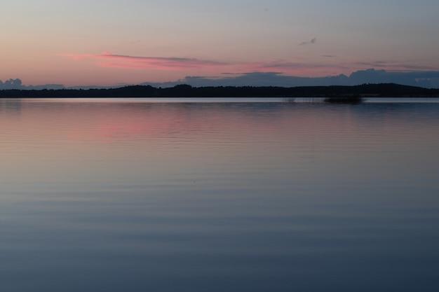 Spokojny wieczór nad jeziorem lough owell w środkowej irlandii do miasta mullingar.