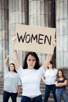 Społeczność kobiet demonstrujących na rzecz równych praw