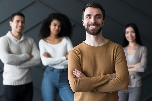 Społeczność młodych ludzi uśmiechniętych