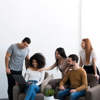 Społeczność młodych ludzi wspólnie opracowujących plany