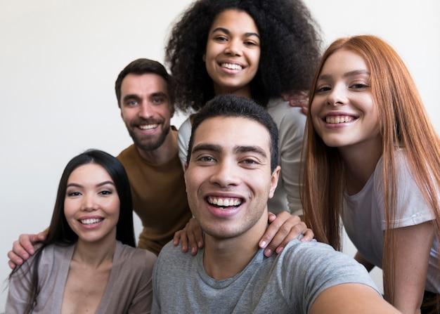 Społeczność pozytywnych ludzi biorących selfie razem