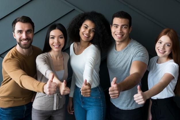Społeczność pozytywnych młodych ludzi uśmiechniętych