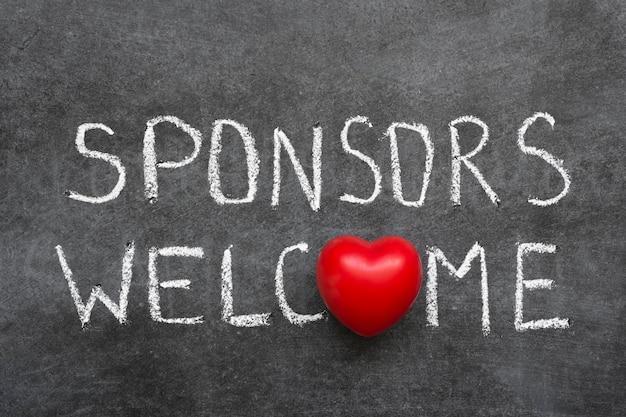 Sponsorzy powitalna fraza odręcznie napisana na tablicy z symbolem serca zamiast o