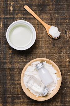 Spoonfull z miski olej kokosowy widok z góry