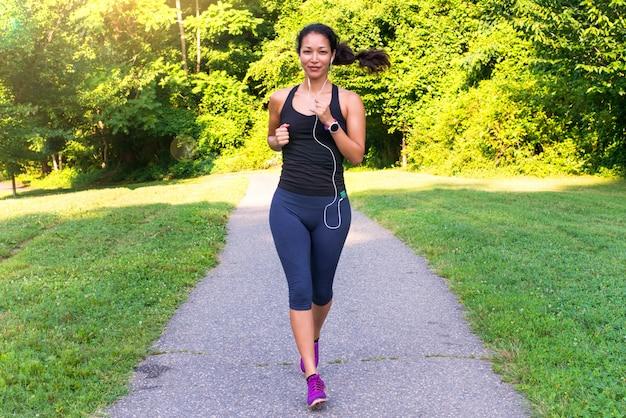Sport azjatykcia kobieta biega outdoors