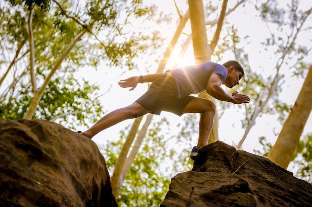 Sport biegnący w biegach biegowych, skaczący na skalistej górskiej ścieżce