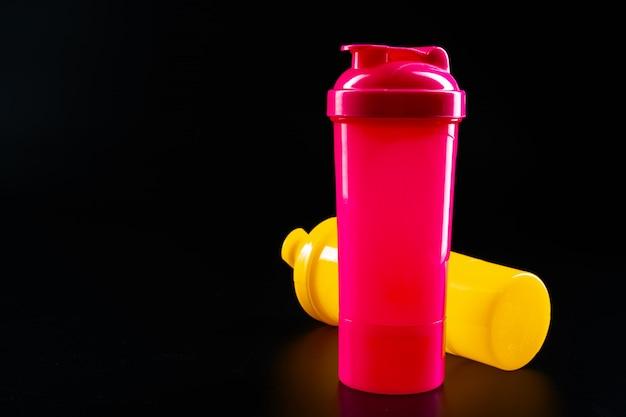 Sport butelka dla napoju na czarnym tła zakończeniu up