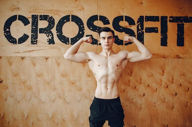 Sport człowiek w siłowni rano