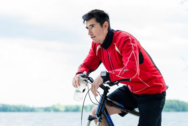 Sport człowieka na rowerze górskim odpoczynku