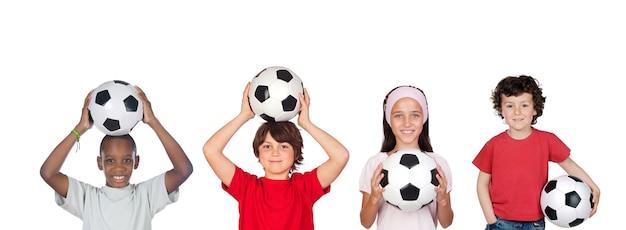 Sport dla dzieci. grupa radosnych chłopców i dziewcząt uprawiających sporty pozujące razem. edukacja. pojedynczo na białym tle.