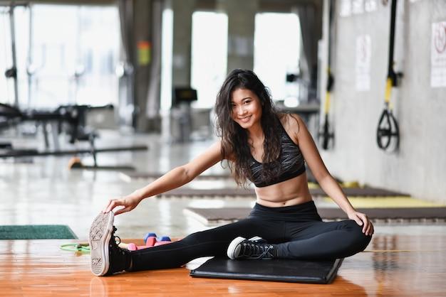 Sport dziewczyna ćwiczenia na siłowni