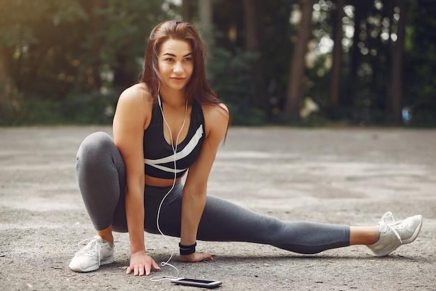 Sport dziewczyna trening z telefonem i słuchawkami