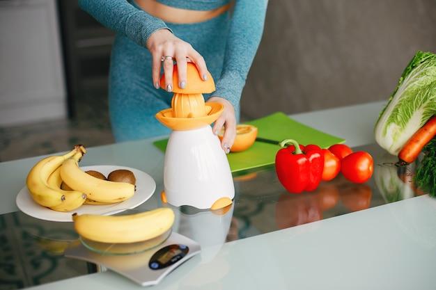 Sport dziewczyna w kuchni z warzywami