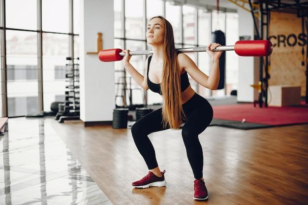 Sport dziewczyna w porannej siłowni