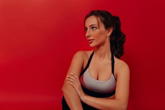 Sport i zdrowy styl życia atrakcyjna brunetka kobieta ubrana w strój sportowy przygotowujący do treningu i siłowni