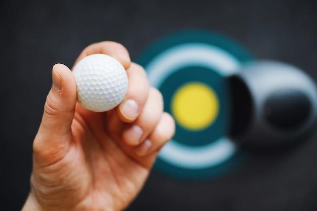 Sport i zdrowy styl życia mini golf biała piłka golfowa i zestaw do minigolfa na stole s