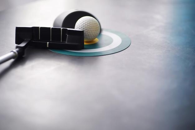 Sport i zdrowy styl życia mini golf biała piłka golfowa i zestaw do minigolfa na stole