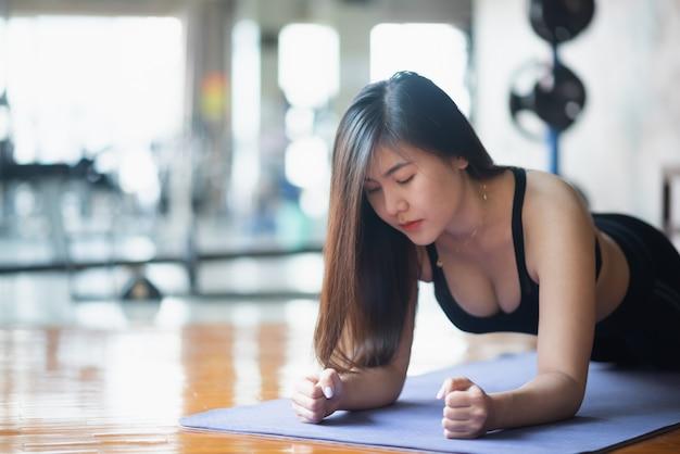 Sport kobiet deski ćwiczenia w siłowni