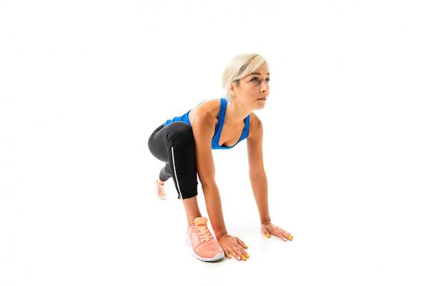 Sport kobieta ćwiczy i zaczyna biegać, obrazek odizolowywający na biel powierzchni