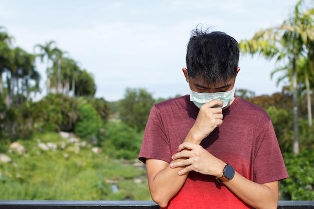 Sport młody człowiek źle się czuje i nosi maskę na twarz