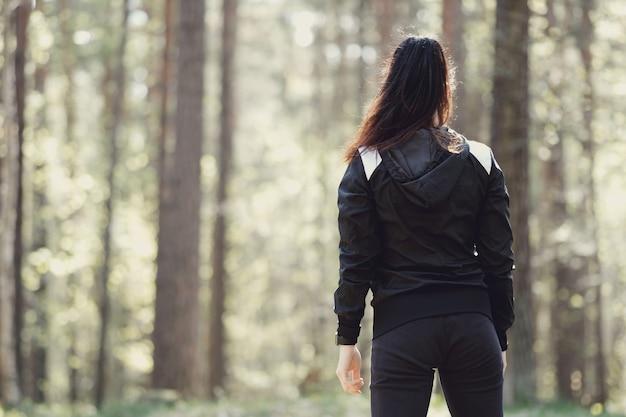 Sport na świeżym powietrzu, dziewczyna streching, dziewczyna streching